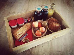 Petit déjeuner complet, jus d'orange frais, viennoiseries, fruits et confitures artisanales